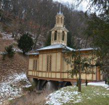 kaplica usytuowana jest nad potokiem na betonowych podporach- stoi na wodzie