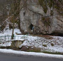 do figury prowadzi betonowy mostek nad Pradnikiem