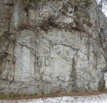 przy głównej drodze skała z tablica- zwana Dygasówka