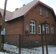 Wętfie-budynek szkoły z pamiatkowa tablica