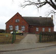 Brzeziny-budynek starej szkoły-po prawej na wzniesieniu cmentarz