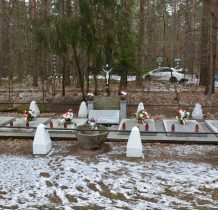 Tleń-przy drodze w lesie-pamięci pomordowanym