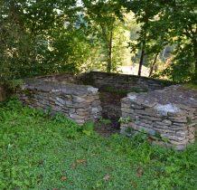 Posada Rybotycka-kamienne mury wokół cerkwi
