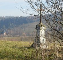 Bystre-krzyż-w oddali cerkiew