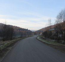idziemy droga przez wieś