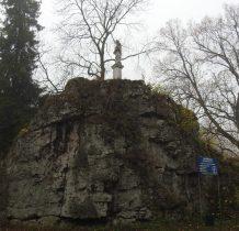 kolumna z figura Nepomucena przy parkingu pod zamkiem