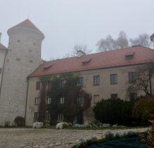 obok baszty budynek oficyny przylegajacy do bastionu