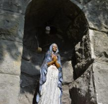 Regulice-nad źródłem w kamiennej ścianie kapliczka
