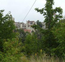 ruiny zamku widoczne już z parkingu