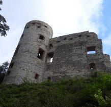 mury zamku widziane z zewnatrz