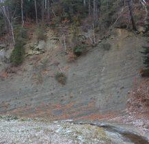 wracamy asfaltem na przełęcz-po drodze występ skalny nad Czarna Rzeka
