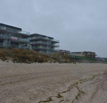 Dziwnów-obok budynków schodzimy z plaży do miasta