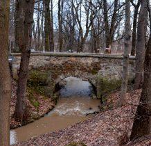 Grodziec- mostek zbudowano z kamienia łamanego z pobliskiego kamieniołomu