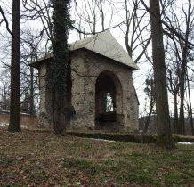 Grodziec-aleja idziemy w stronę zamku-w parku ruiny koscioła z 1579 roku