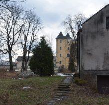 Grodziec-od ruin kościoła wdłuż budynków gospodarczych pójdziemy do zamku