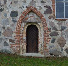 Górki-portal z ceglanymi uskokami