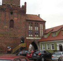 Kamień Pomorski-parkujemy pod zabytkowa baszta-siedziba Muzeum Kamieni