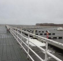 Kamień Pomorski-mocny wiatr zawiewa wodę na pomost