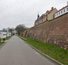 Kamień Pomorski-za murami dziwnie wygladaja bloki