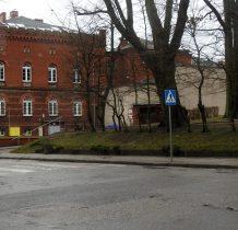 Kamień Pomorski-idziemy na wzgórze Żalnik-ceglany budynek to budynek sadu