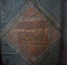 Kamień Pomorski-na stalowych drzwiach herby miast
