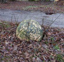 Piaski Wielkie- kamienne kule przy wejściu do dworu