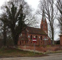 Konarzewo-kościół otoczony ceglanym murem