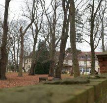 Trzęsacz-za murem park i budynki pałacowe