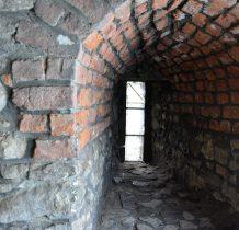 na dole wieży mury sięgaja 2 metrów grubości