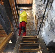 drewnianymi schodami