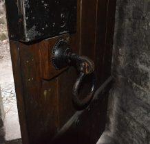 na drzwiach