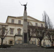przed pałacem Habsburgów pomnik ku czci Legionistów Ślaskich