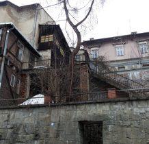 wejście prze mur i schodami do góry