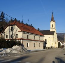 w pobliżu pałacyku kościół z 1865 roku