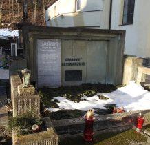 obok kościoła cmentarz