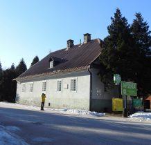 budynek starej szkoły z 1824 roku z tablica poświęcona Janowi Sztwiertni