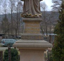rzeźba znajduje się  przy ulicy do przystanku
