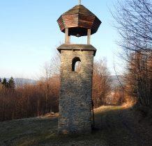 przy dzwonnicy zadaszona wiata