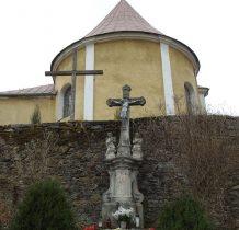 przy kościelnym murze