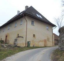 zabytkowy budynek w sasiedztwie kościoła