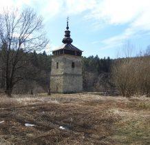 obok cmentarza cerekwisko i remontowana dzwonnica z 1828 roku