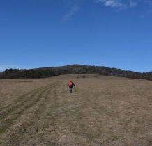 rozległa polana  idziemy pog górę