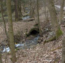 po drugiej stronie drogi stary kamienny mostek