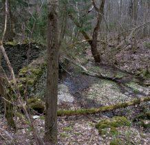 woda wpływa pod ruiny
