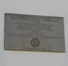 pamiatkowa tablica na ścianie transformatora