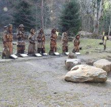 na polanie Horodziska w dolinie potoku Czarny rzeźby 7 beskidzkich zbójów