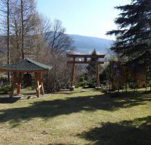 ogród japoński z brama  i dzwonem