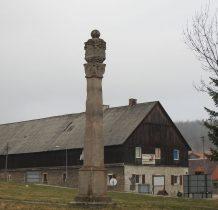 barokowa kapliczka słupowa przy kościele