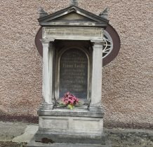 jeden z nagrobków cmentarza przykościelnego