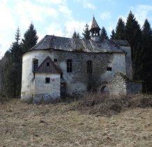 kościół zbudowano przy istniejacym wcześniej cmentarzu